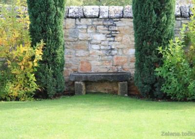 kamena klupa u vrtu