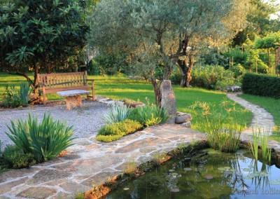 vrtno jezerce i kamena staza
