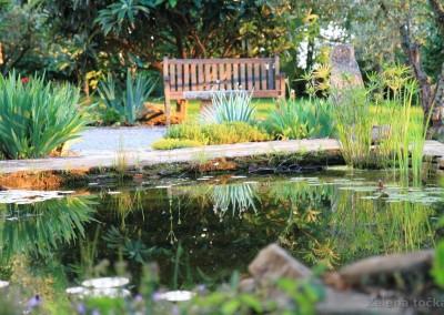 jezerce i drvena klupa