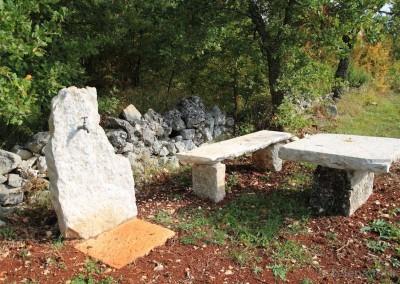 kameni stol, klupa i špina