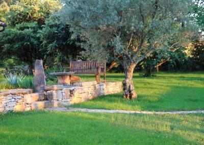 kameni zid i travnjak