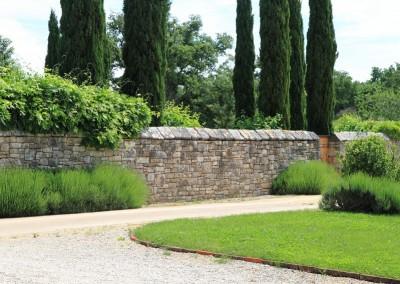 travnjak i kameni zid